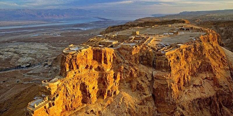 Masada: la drammatica storia della fortezza nel deserto.
