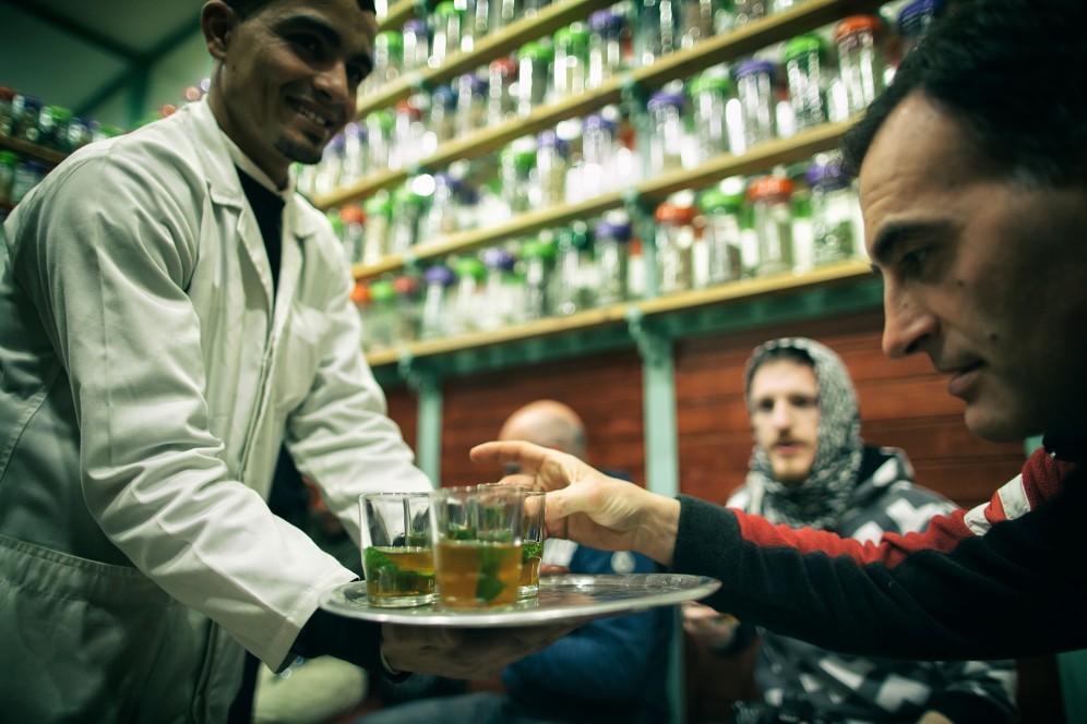 Degustazione di te alla menta in marocco
