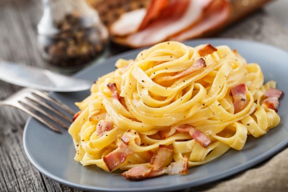 Un bel piatto di carbonara non mancherà nel nostro viaggio organizzato a Roma
